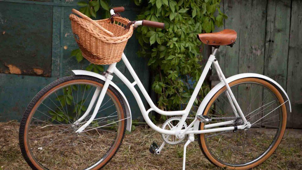 Weißes Damenrad mit Einkaufskorb