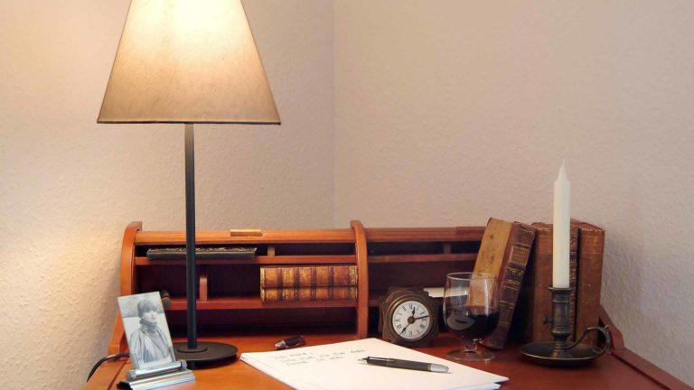 Schreibsekretär mit Block und Stift