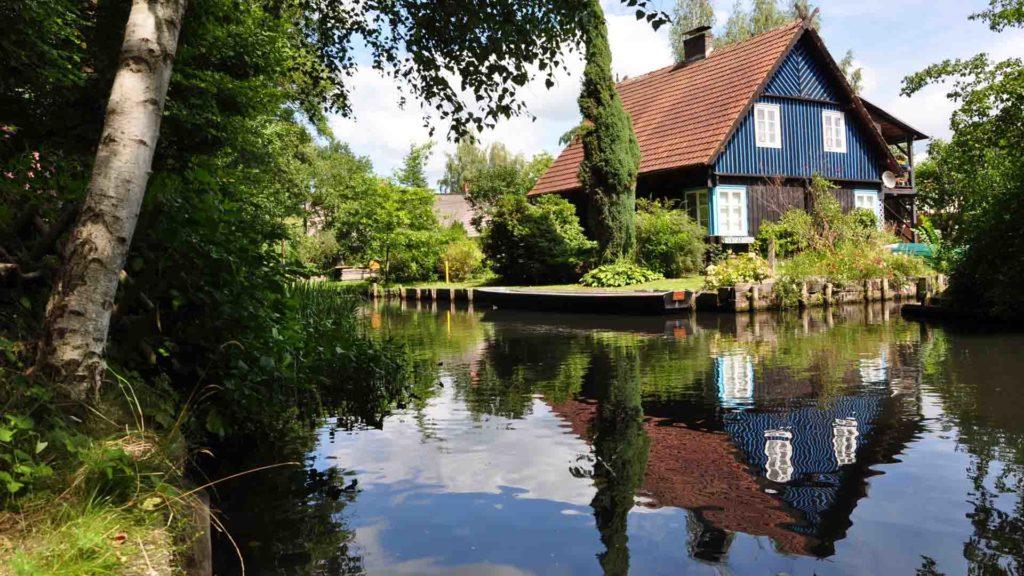 Spreewaldhaus mit Wasserspiegelung
