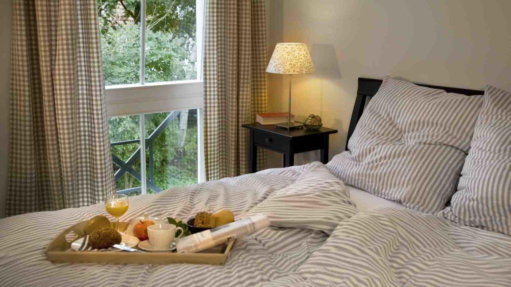 Doppelbett mit Frühstückstablett