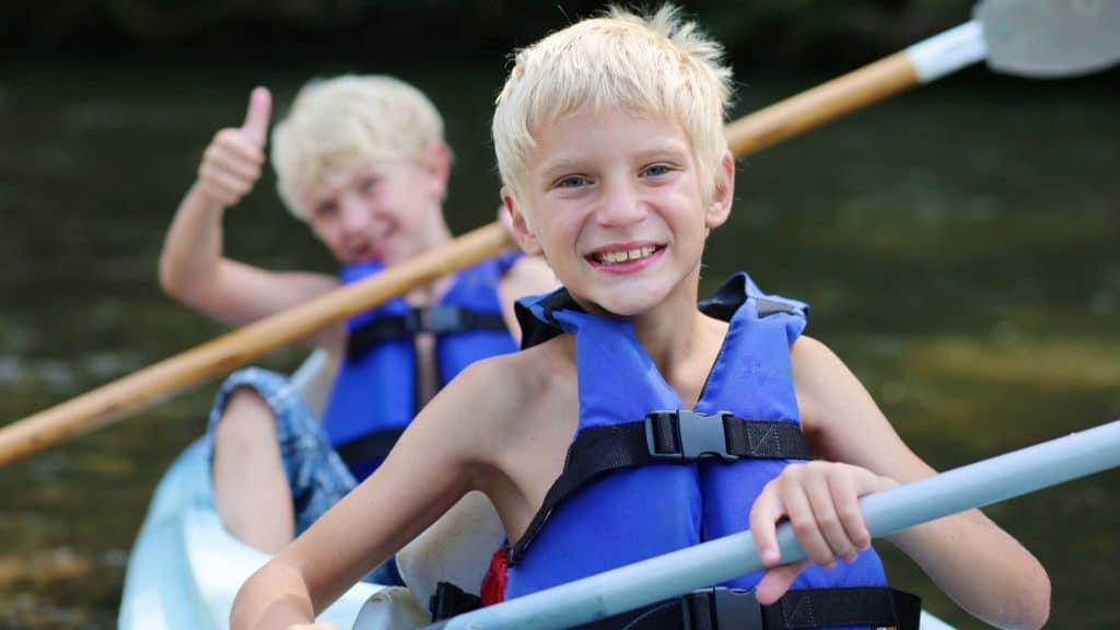 Zwei Jungen im Paddelboot - lachend