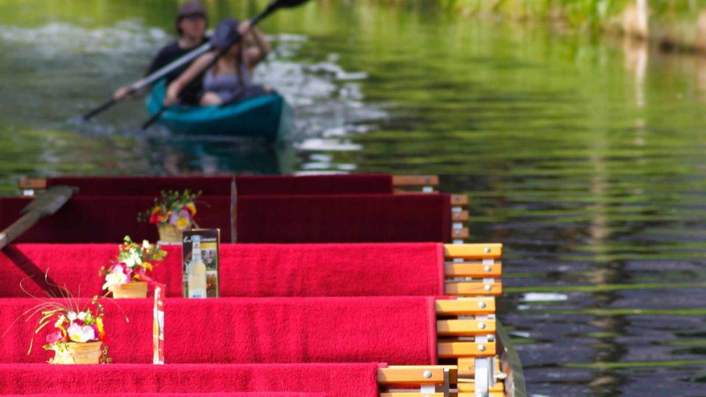 Spreewaldkahn mit roten Sitzdecken